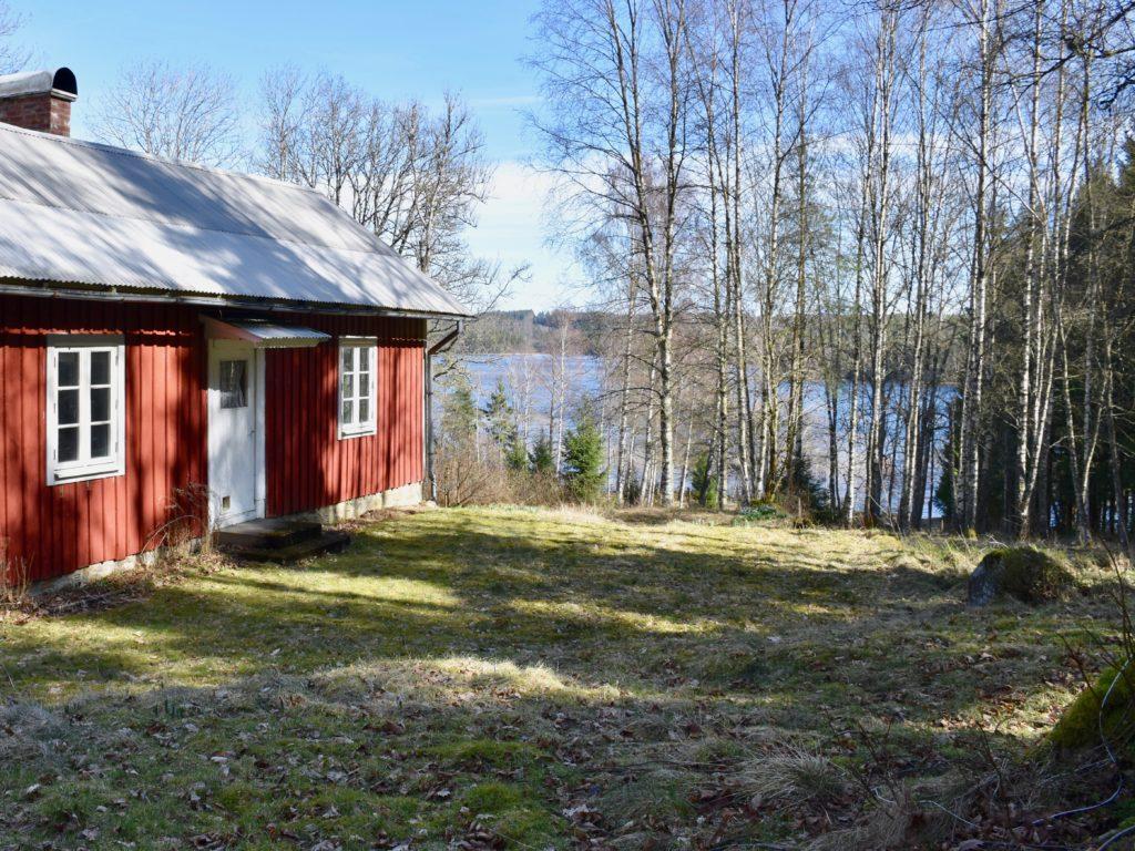 Stora Sävsjön skymtar fram från Kyrkogårdsleden.